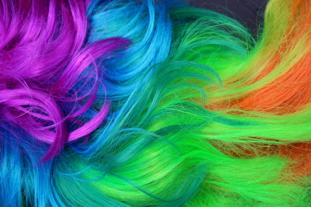 Kolorowe warkoczyki – fryzura dla każdego