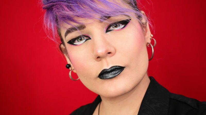 Biały eyeliner – nie bój się eksperymentów i odmień swoje spojrzenie jednym kosmetykiem