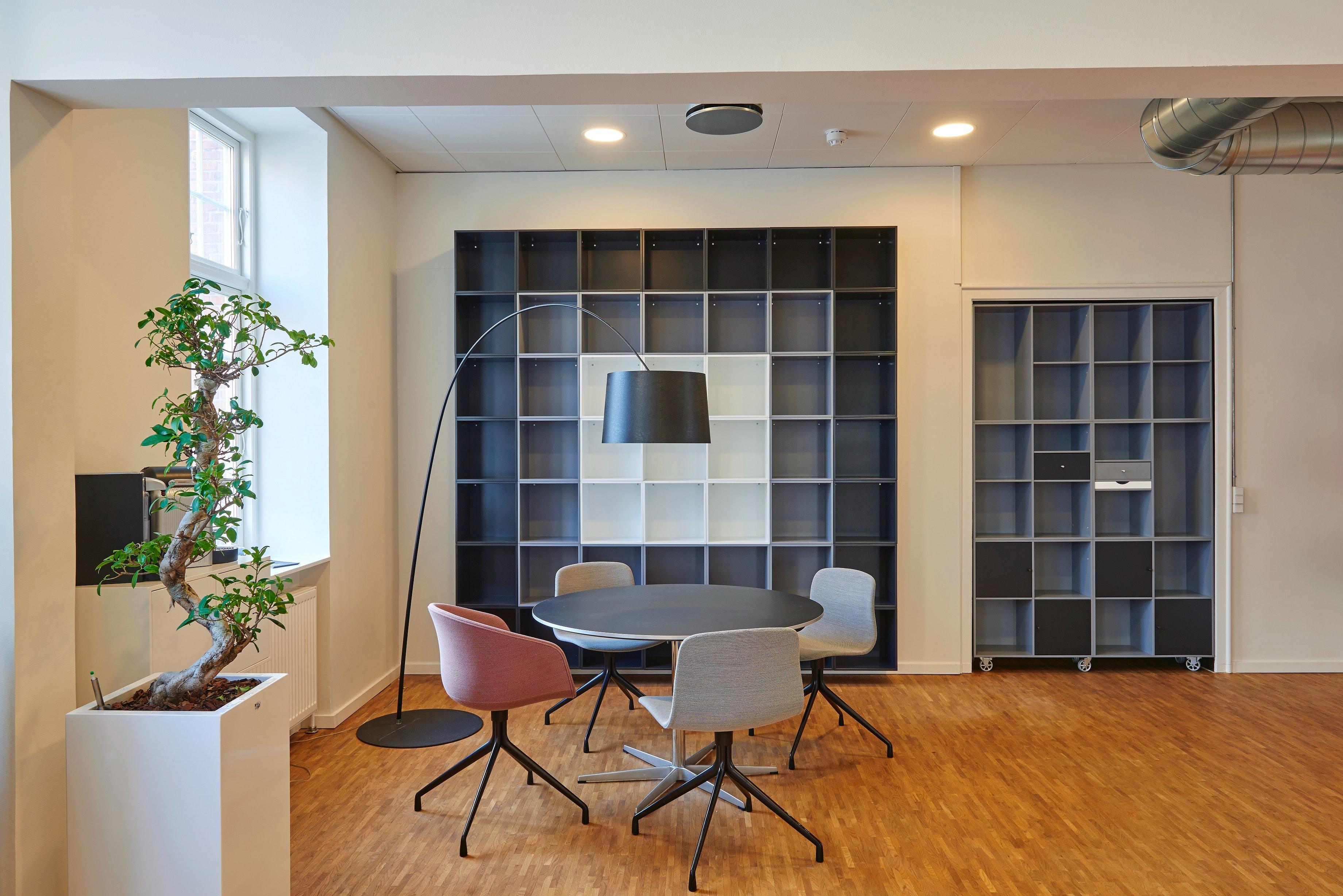 Aranżacja biura Warszawa, czyli jak stworzyć wygodne miejsce pracy w domu